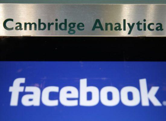 Сеть Facebook приостановила работу около 200 приложений