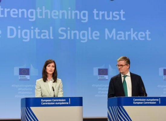 Bruxelles brandit la menace d'une loi contre les fake news