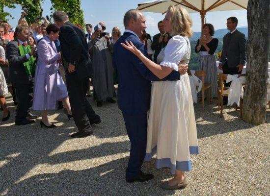 La proximité entre le gouvernement autrichien et la Russie pose question