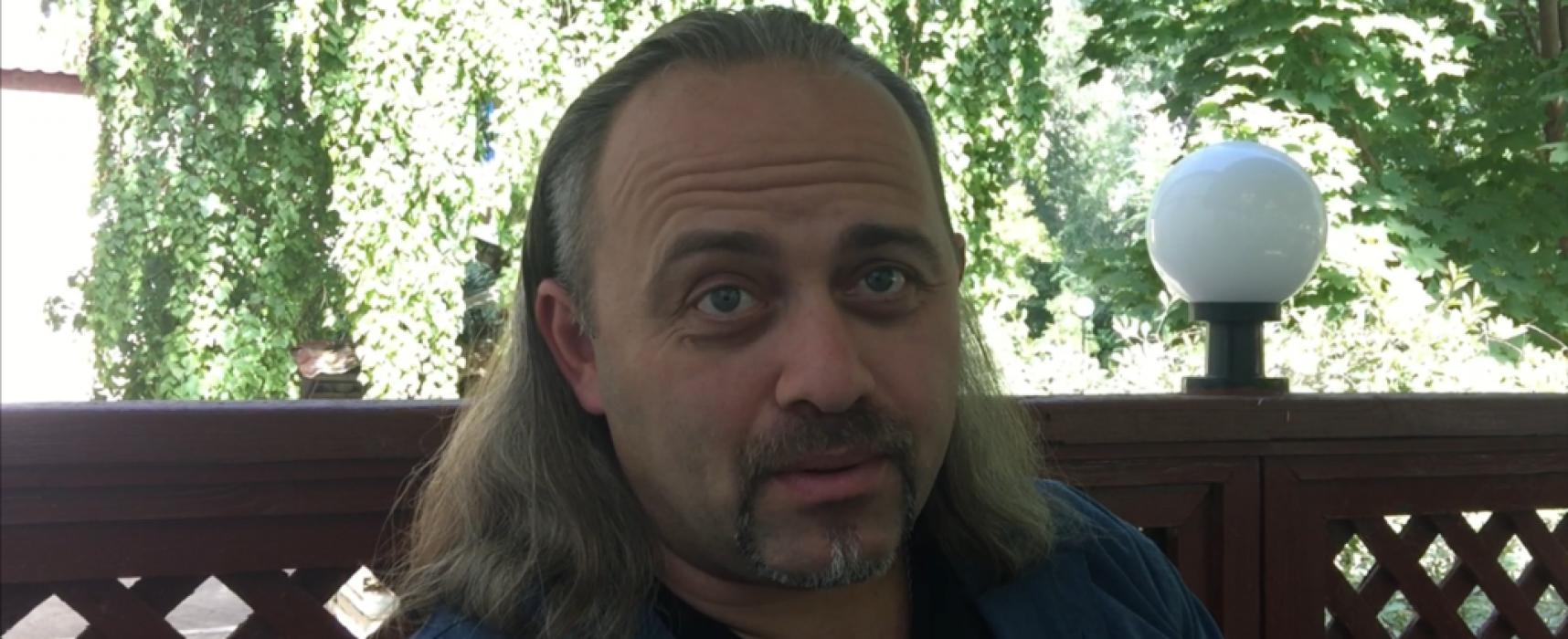 Tribunal kazajo arresta y multa a periodista ucraniano por verificar hechos tras disolución de taller de medios