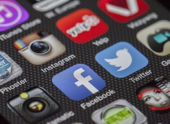 Google, Facebook a Twitter se domluvily na společném boji proti fake news v EU