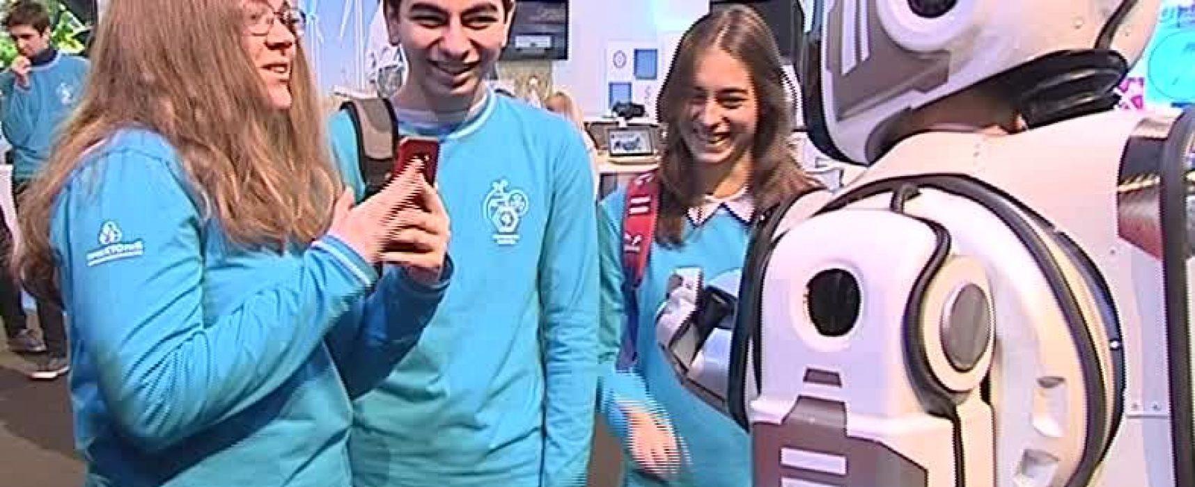 """""""Россия 24"""" представи мъж в костюм за """"най-съвремения робот"""""""