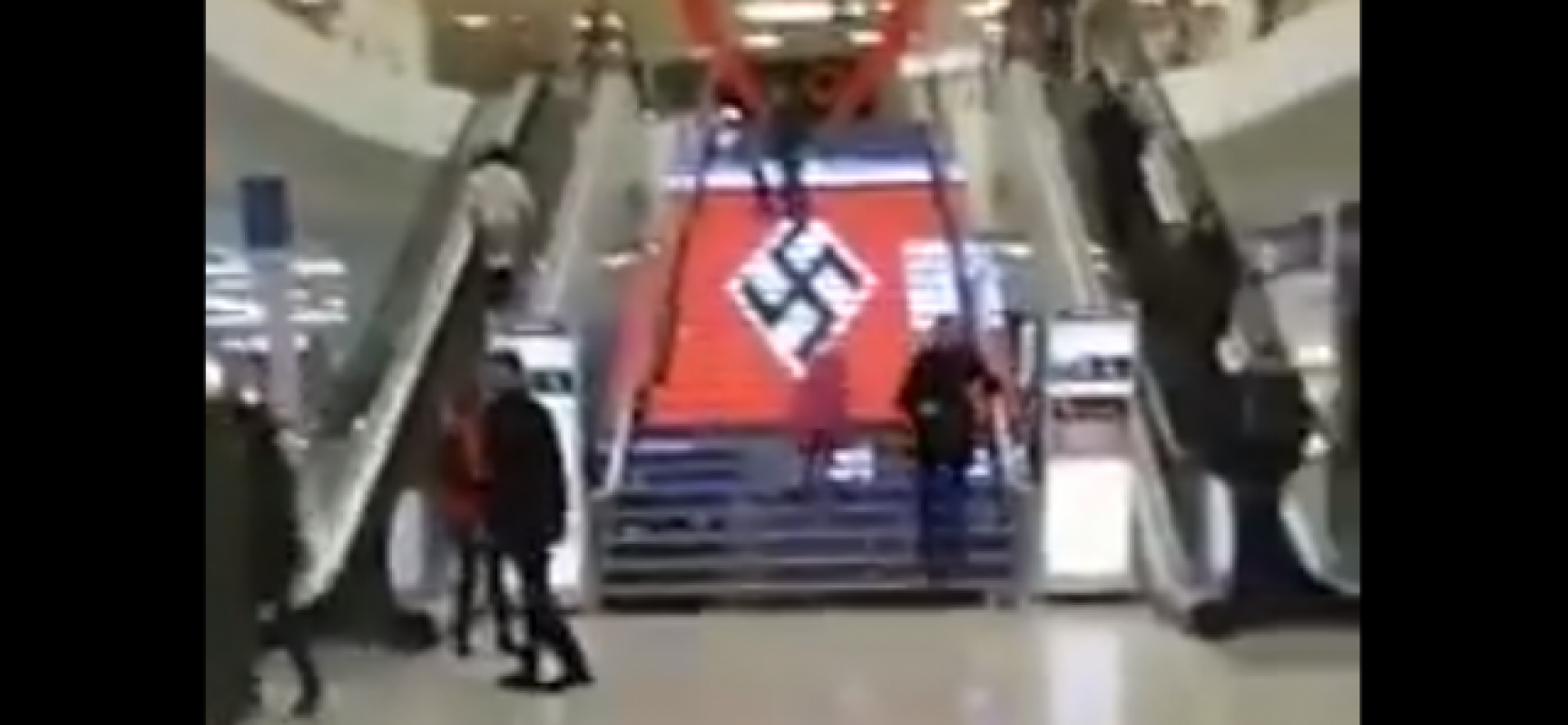 Fake : svastica sulle scalinate di un supermarket in onore di una manifestazione neonazista