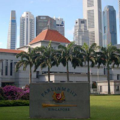 """Parlamento de Singapur aprueba ley """"contra las noticias falsas"""" — ¿limitará la libertad de expresión?"""