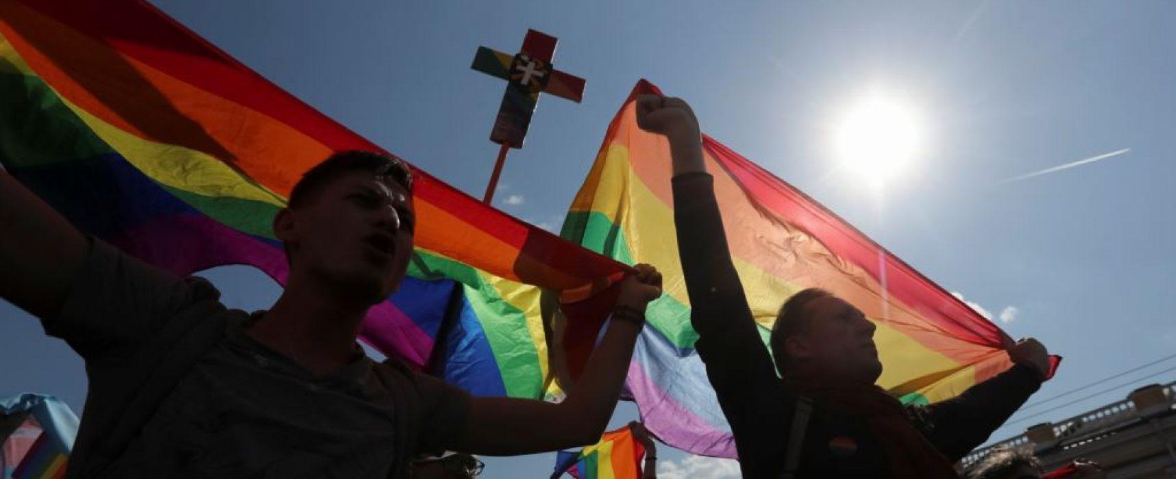 """Putin sagt Elton John Russland sei """"unvoreingenommen"""" gegenüber der LGBT-Gemeinschaft"""