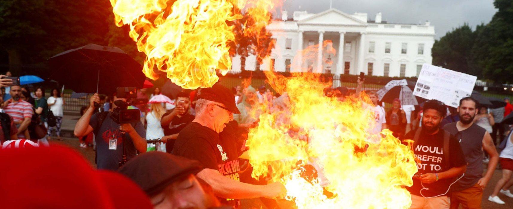 Фейк РИА «Новости»: у Вашингтоні заарештували активістів за спалення американського прапора