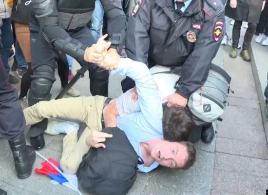 Fake představitele Ministerstva zahraničí RF: západní země bez důkazů obviňují Rusko, že porušuje svobodu shromažďování