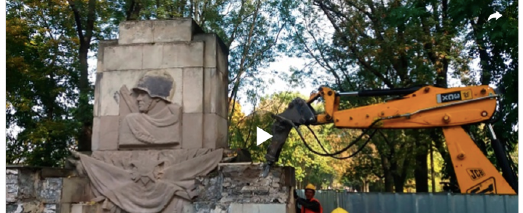 Fake: Ukraine Demolishing and Desecrating Red Army Soldiers Monuments