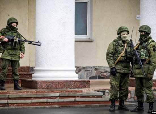 Від «їх там немає» до «ніде правди діти». Як Росія заперечувала захоплення Криму
