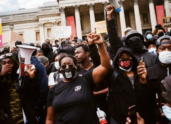 «Вести» розповіли про петицію, яка вимагає закрити The Guardian через рабовласницьке минуле. Але не зрозуміли, що це пародійна акція