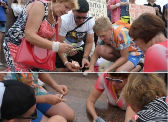 Fotofake: Běloruské demonstranty platí přímo na náměstí